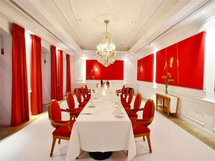 Meeting Rouge Strapsaraunt
